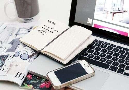 Fazer listas e organizar suas metas ajuda a planejar seu dia, mantendo sua produtividade.