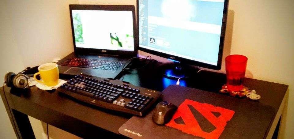 Mi lugar de trabajo en casa, esenciales: segundo monitor (más que duplica mi eficiencia), mousepad extragrande (compensando por algo?), buen headset (para escucharte mejor!), teclado separado de la notebook (evita tortícolis!)