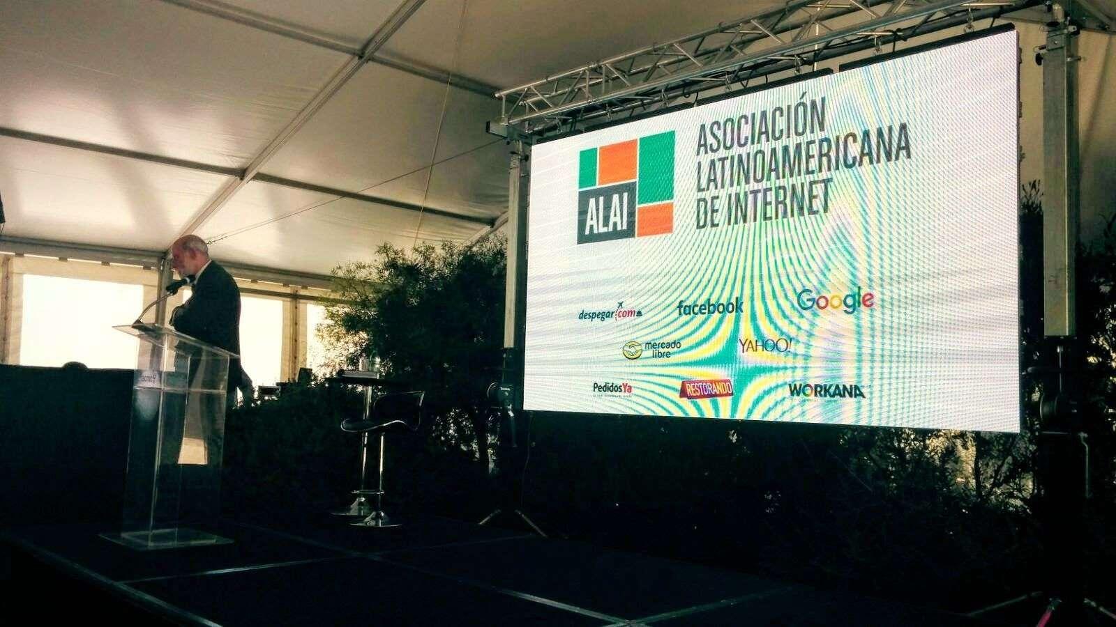 Na foto: Vint Cerf apresentando ALAI na Casa da Internet, no Uruguai