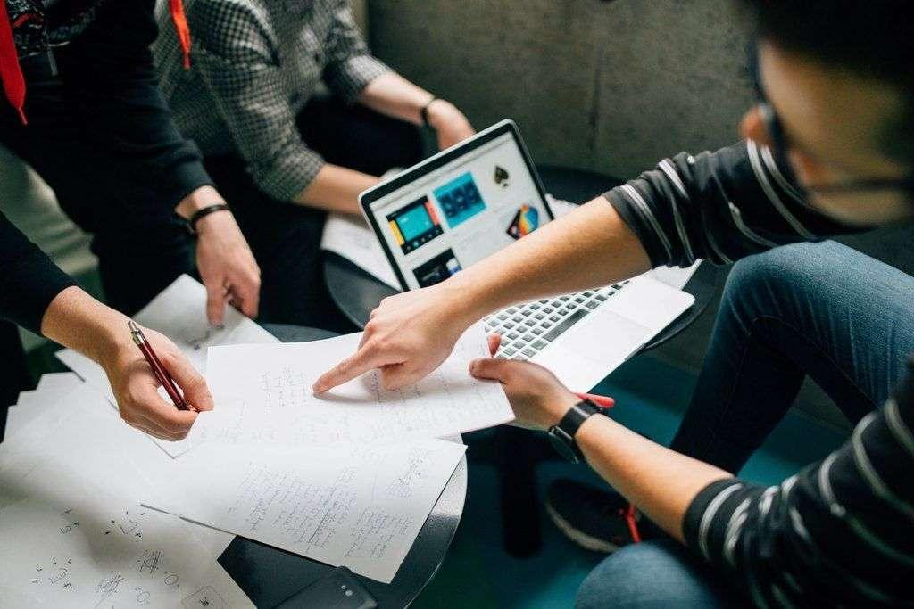 Por que contratar freelancers tem um impacto positivo para a sociedade?
